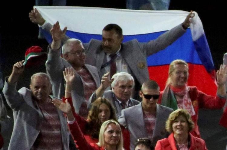 Флаг у белорусов отобрали, а члену делегации из Минска, вынесшему его на стадион в Рио, теперь грозят санкции