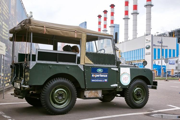 В 1947 году выпуск военных самолетов в Англии резко сократился и на складах скопилось огромное количество алюминия, который стал дешевле стали. Из него и решили делать кузова. Металл не корризировал и подходил для тяжелых условий эксплуатации