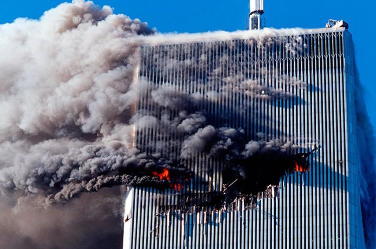Объятое пламенем здание Всемирного торгового центра.
