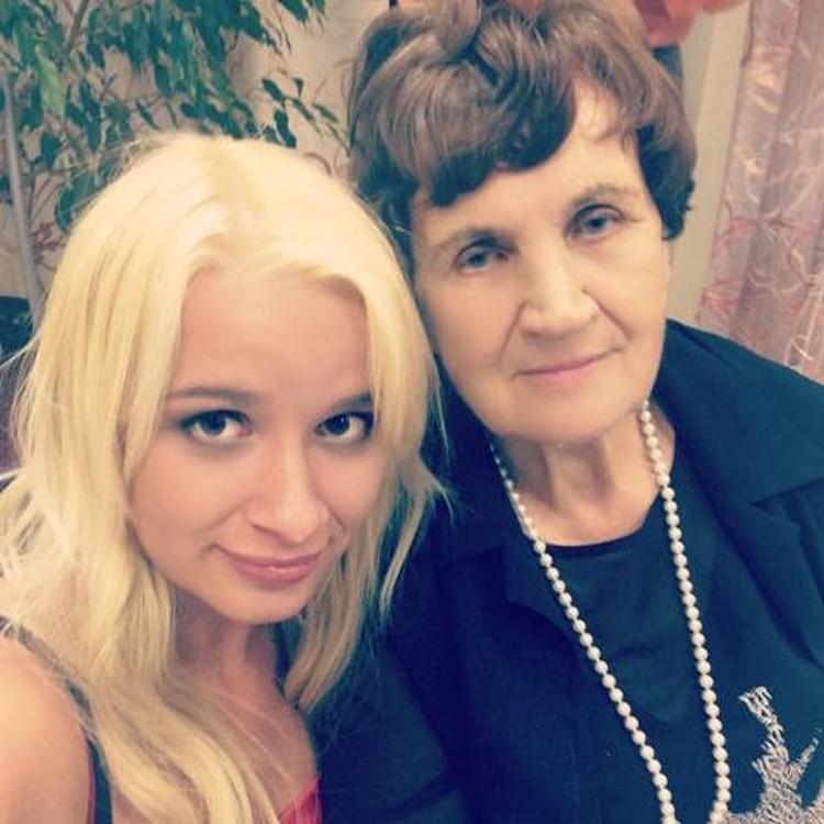Луиза Ивановна с внучкой Александрой. Фото: Александра Гармышева