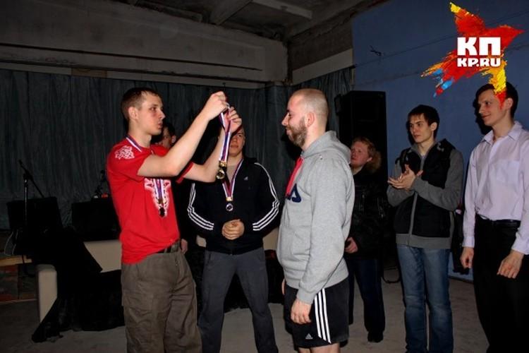 После убийств двух человек Ермолинский, как ни в чем не бывало, принял участие в соревнованиях по ножевому бою, которые устраивал Федорович