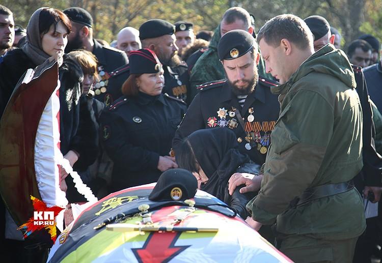 Александр Захарченко прощается с боевым товарищем.