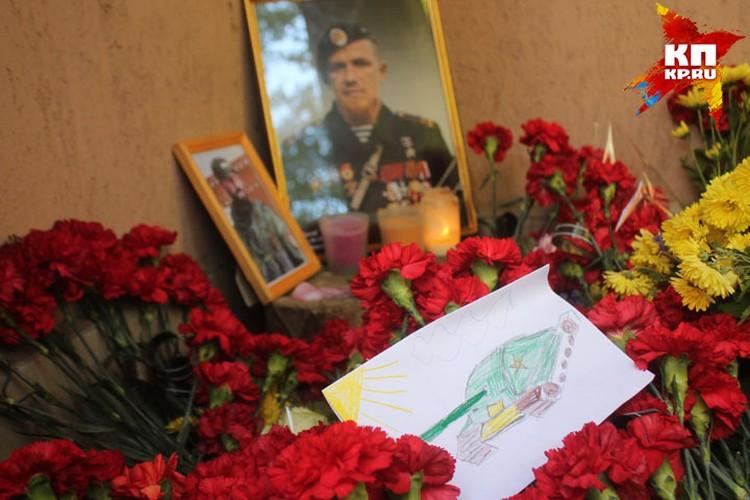 Среди цветов возле подъезда, где убили Мотролу - детский рисунок танка Фото: Павел ХАНАРИН