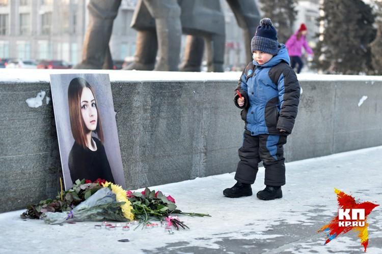 30 января 2015 года, центр Новосибирска: общественники несут к портрету Карины на площади Ленина цветы.