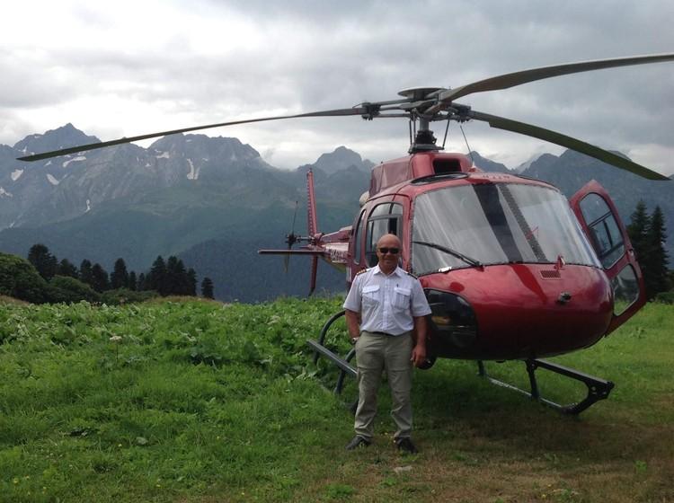 Геннадий Рябыкин на фоне рухнувшего вертолета в Сочи. Фото: из личного архива командира.