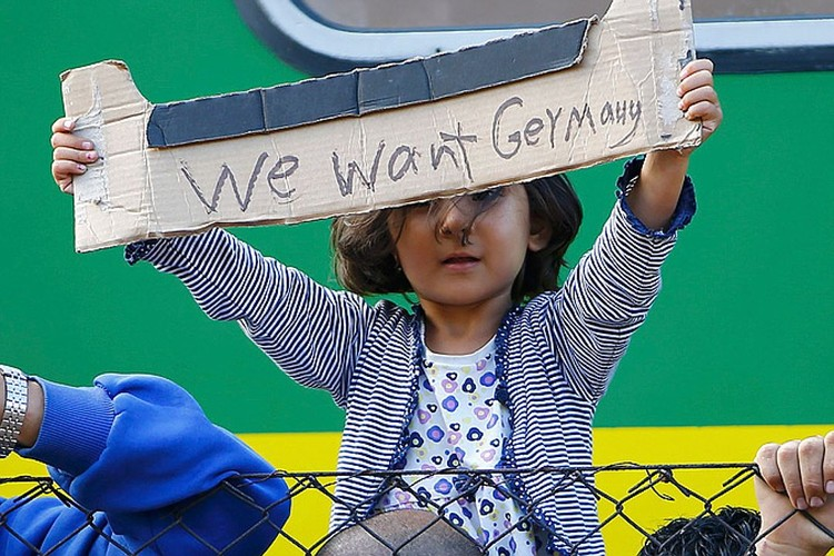 Большинство оказавшихся в Европе беженцев - молодые мужчины. Но в газетах чаще мелькали фотографии девочек, умолявших пропустить их в Германию и Австрию.
