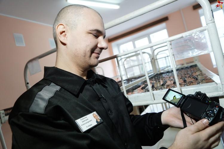 Дмитрий не расстается с фотоаппаратом в колонии целыми днями