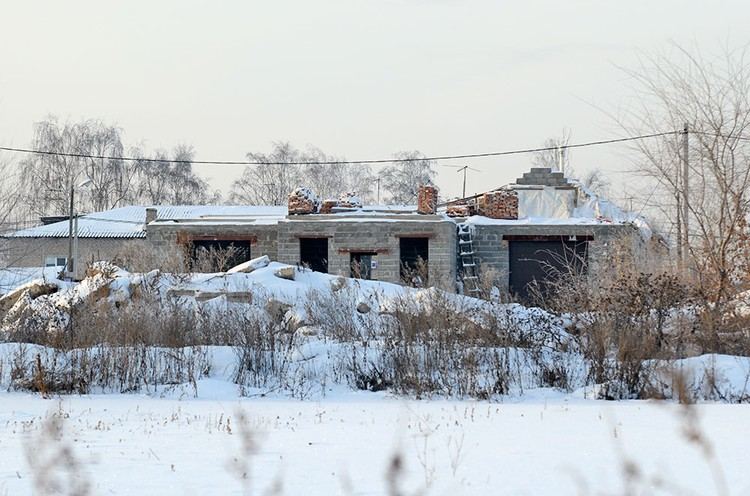 Рядом с одноэтажным домом Вашуркины строили новый большой двухэтажный дом со встроенным гаражом.