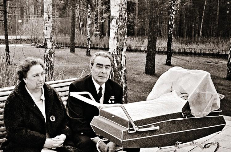 Леонид Ильич с женой Викторией Петровной в 1973 году. В коляске - их правнучка Галина.