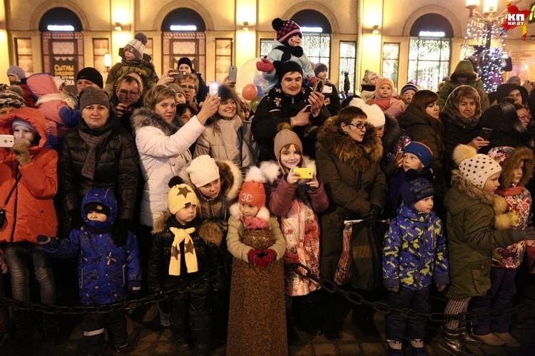 Дети и родители радостно встречали колонну Дедов Морозов
