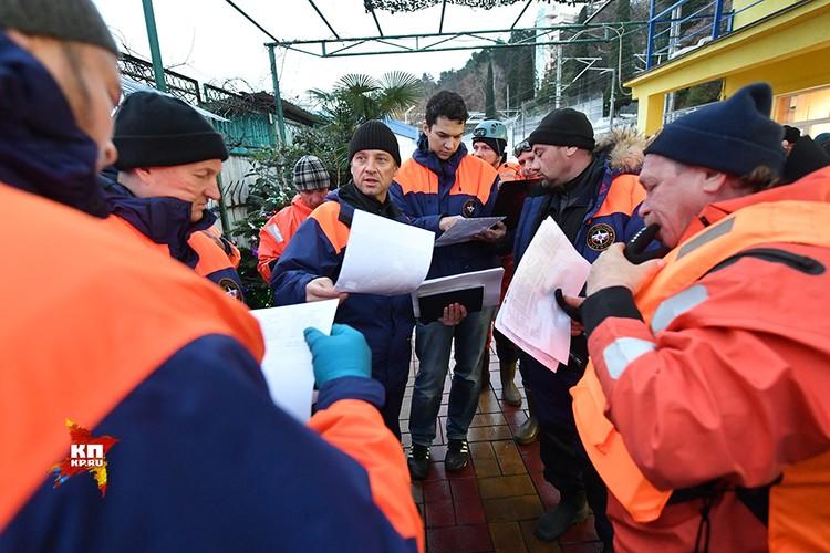 3500 человек участвуют в поисково-спасательной операции в Сочи. Поисковая операция в районе авиакатастрофы Ту-154 проводится круглосуточно