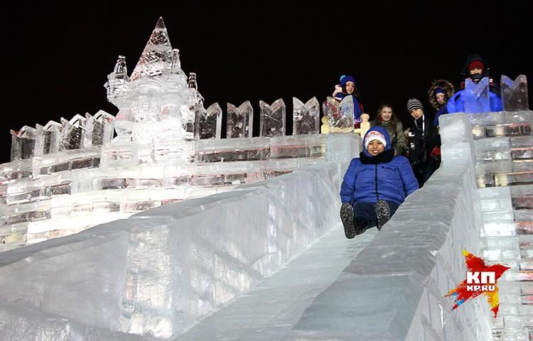 На Поклонной горе выстроены ледовые скульптуры высотой более 10 метров.