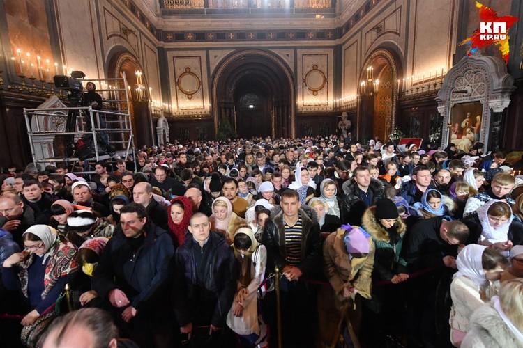 В ночь с 6 на 7 января рождественские службы проходят во всех действующих храмах РПЦ и в русских приходах за рубежом.