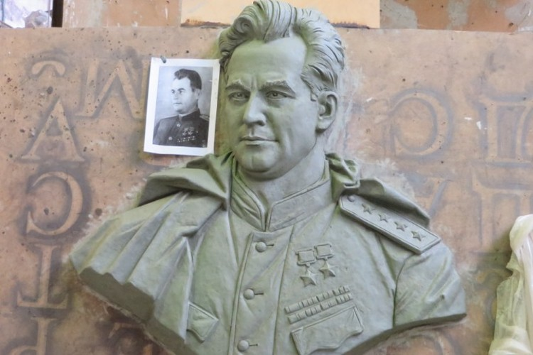 Барельеф с изображением генерала Черняховского.