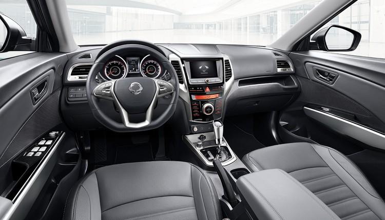Отделка интерьера выглядит стильно и даже богато, однако за автомобиль в подобной комплектации предстоит выложить почти 1 800 000 рублей!