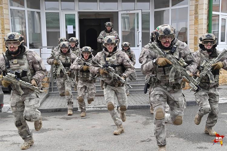 """Бойцы специального батальона особого назначения """"Грозный"""" уже сегодня являются солдатами будущего. По подготовке и оснащению. Они охраняют резиденцию главы Чечни"""