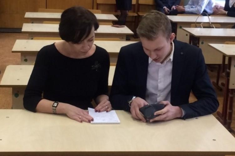 Наталья Троцюк пришла на ЕГЭ со своим сыном Ильей. Фото: пресс-служба администрации Перми.