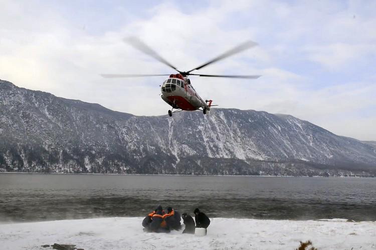 С утра 15 февраля в поисках на озере Телецкое задействованы два вертолета