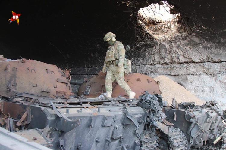 Благодаря координатам, переданным бойцами ССО, российская авиация нанесла точный удар по ангару, в котором были спрятаны три игиловских танка