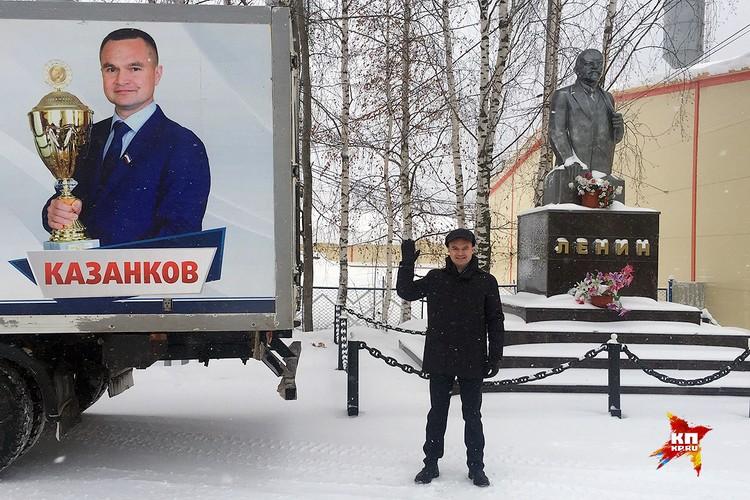 Сергей Казанков на фоне машины семейного предприятия.