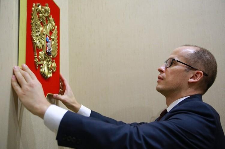 30 ноября 1993 года в качестве государственного герба Российской Федерации был утвержден двуглавый орел, пришедший на смену советскому серпу и молоту. Фото: vk.com