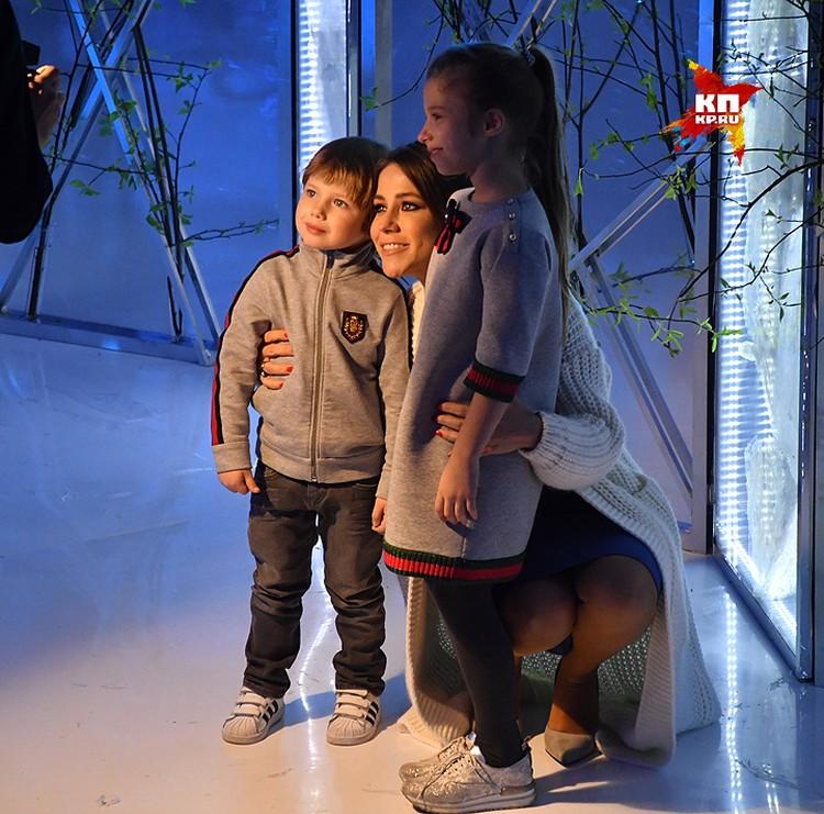 Бывшая подруга футболиста Андрея Аршавина Юля Барановская приехала на презентацию с детьми.
