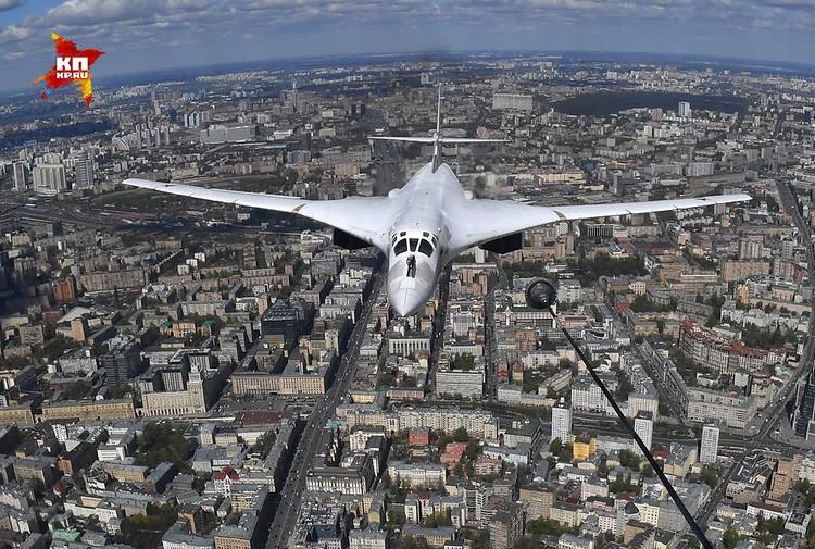 Ту-160 на подлете к Красной площади.