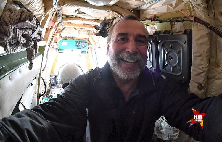 Фотокореспондент Владимир Веленгурин в кабинке оператора-заправщика.