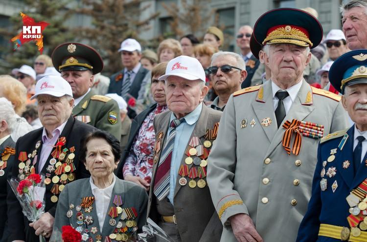 """Ветераны на трибунах стоя приветствовали участников """"Бессмертного полка""""."""