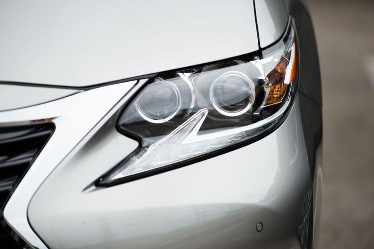 Узкий разрез передней оптики не сказался на потребительских свойствах: ES не обделяет водителя светом фар в темное время суток.