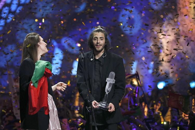 После оглашения результатов Сальвадор поднялся на сцену и исполнил песню вместе со своей сестрой Луизой