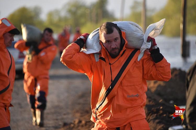 Спасатели укрепляют и строят дамбу на федеральной трассе Тюмень-Омск