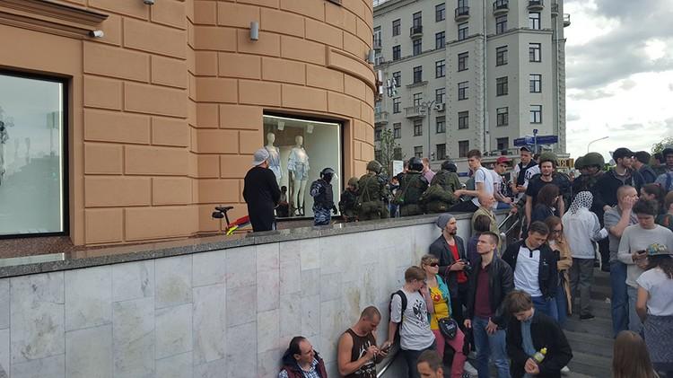 Ближе к мэрии людей еще больше, приходится потолкаться, чтобы пройти ближе к Пушкинской площади.