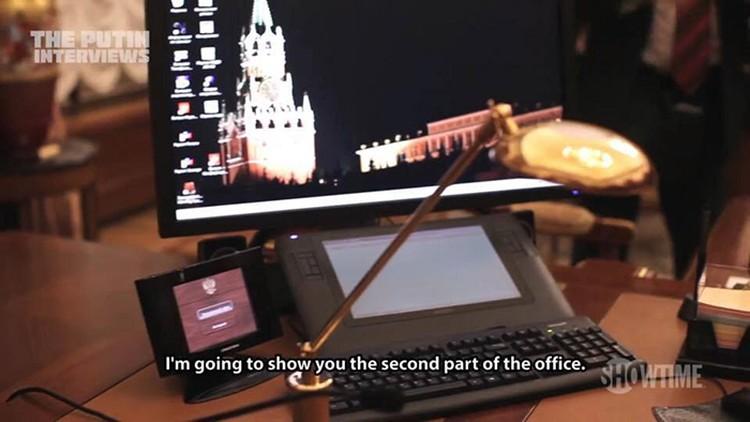 Десктоп компьютера, на котором в виде обоев ночной Кремль со Спасской башней