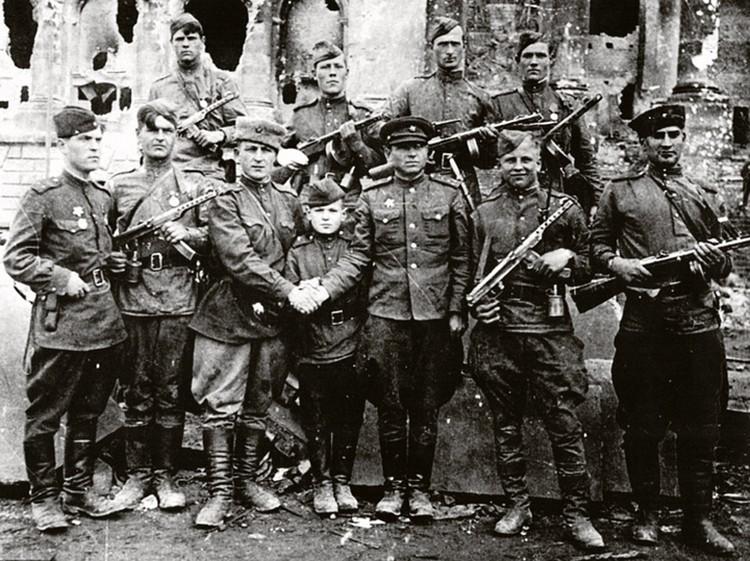 На снимке - разведчики 756-го полка 150-й стрелковой дивизии. Те самые, кто водружал Знамя Победы над Рейхстагом.