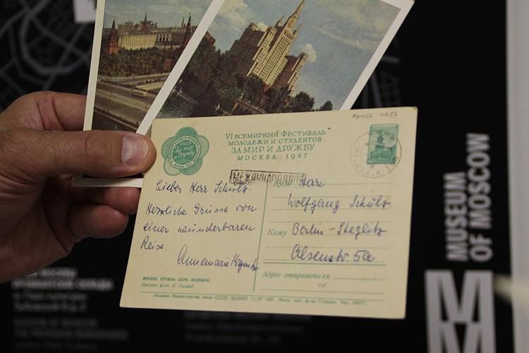 Историческую и как следствие добавочную стоимость создают личные подписи, штампы, почтовые марки на открытках