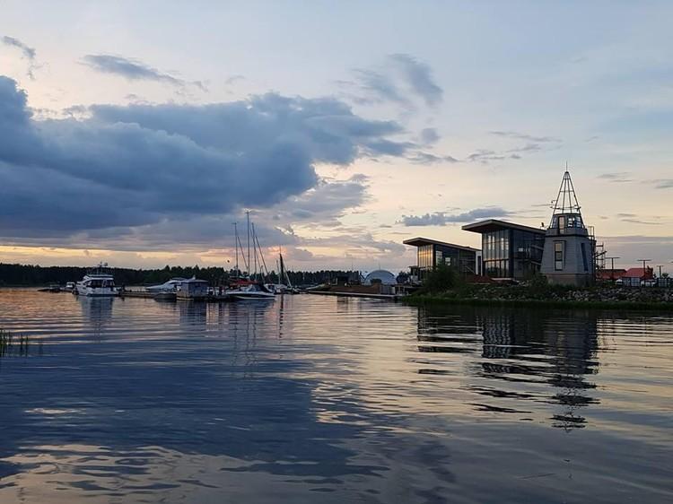 В Конаково все лето проходят парусные регаты. Можно поучаствовать или просто взять яхту в аренду на несколько часов.