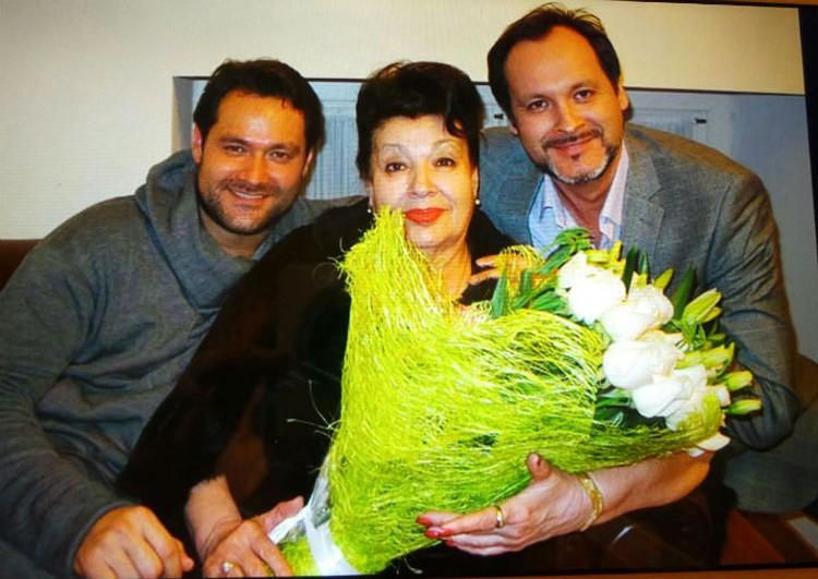 Аскар и Ильдар Абдразаковы с любимой мамой Таскирой. Фото: личный архив