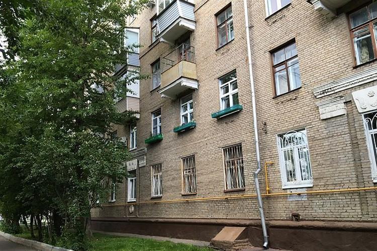 Андрей все это время, как выясняется теперь, жил буквально в нескольких сотнях метров от дома, где снимала квартиру его мама