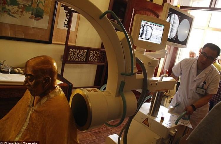 Томографию мумии делали, что называется, на дому - прямо в монастыре.
