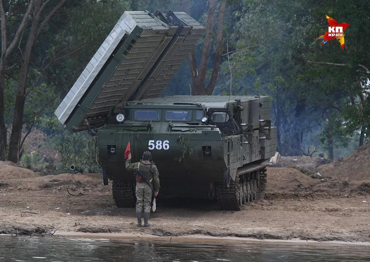 Паромное-Мостовая машина ПММ-2М. Предназначена для оборудования переправы танков, ракетных комплексов и другой боевой техники большой массы.