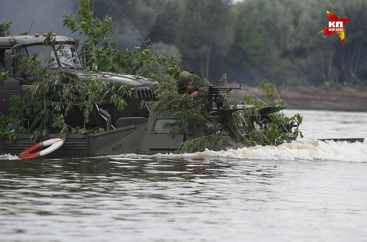 Пулеметчик внимательно следит за «вражеским» берегом.