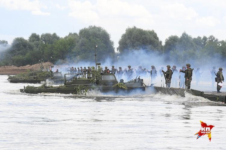 Наведение понтонного моста через реку.