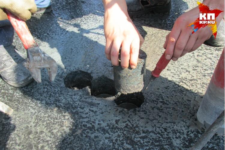Отверстия в дорожном покрытии подрядчики заделывают в короткие сроки.
