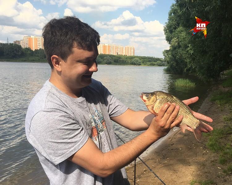 Местные рыбаки уверяют - рыбу из Борисовских прудов можно употреблять в пищу.