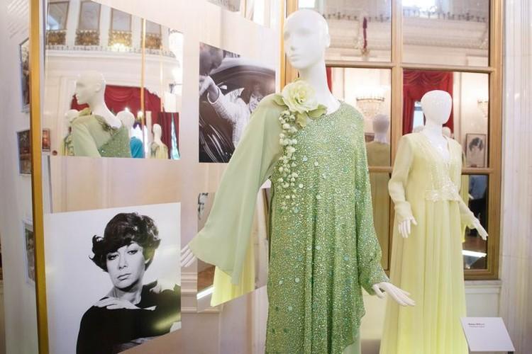 Эдиту Станиславовну уговорили отдать часть ее шикарных нарядов на выставку