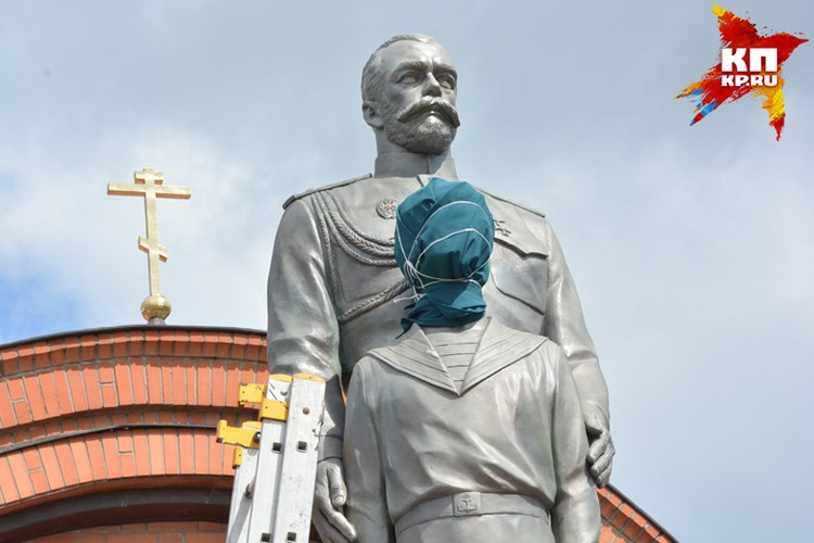 Памятник Николаю II с самого начала оказался в центре скандала в Новосибирске: не все почитатели царя одобрили композицию.