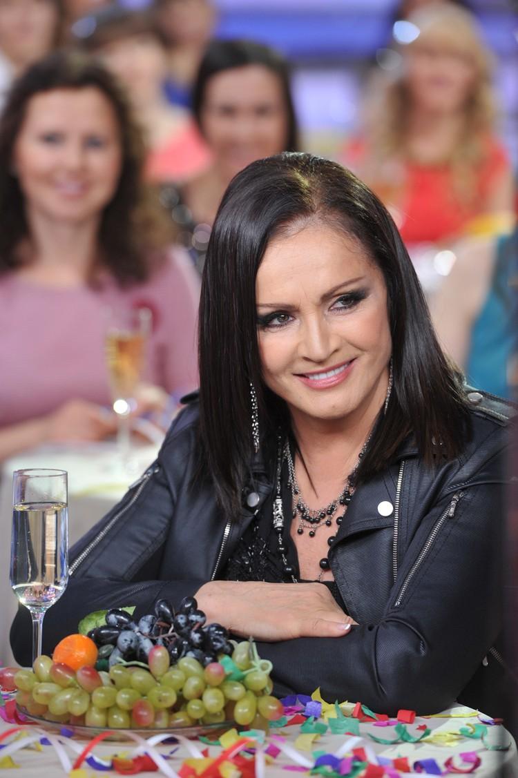 По словам концертного директора, певица вынуждена отказываться от гастролей в России и на Украине.