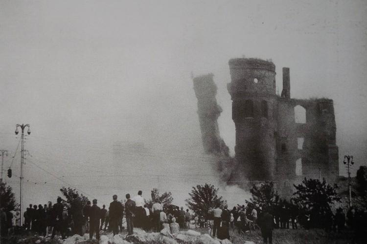 Королевский замок - один из взрывов в 1968 году, фото Юрия Ваганова.