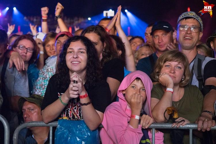 Многочисленных зрителей не испугал сильный ливень, он упорно продвигались к сцене, чтобы послушать музыкантов и увидеть главное событие лета.